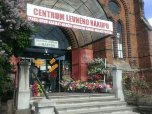 Synagogu hyzdí asijská tržnice