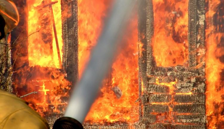 V Úsobí na Havlíčkobrodsku hořelo v rodinném domě, imobilního muže hasiči z domu vynesli