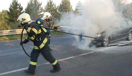 Po uhašení našili hasiči v autě mrtvého muže