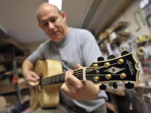 V malé jihlavské dílně vznikají špičkové akustické kytary