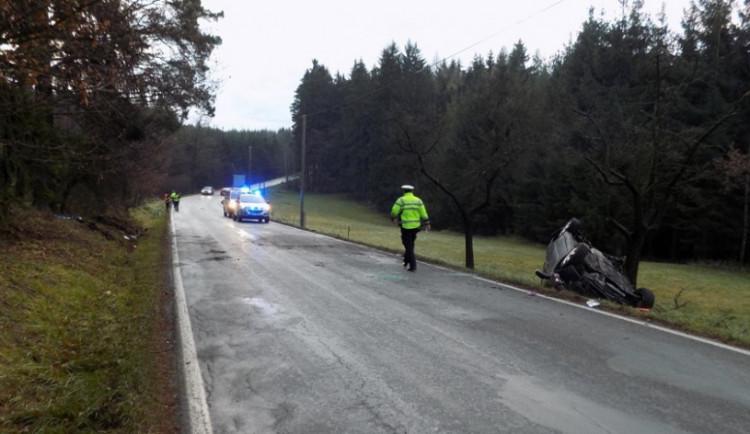 V Hněvkovicích na Havlíčkobrodsku dnes zemřel padesátiletý řidič, bouralo se i na Třebíčsku