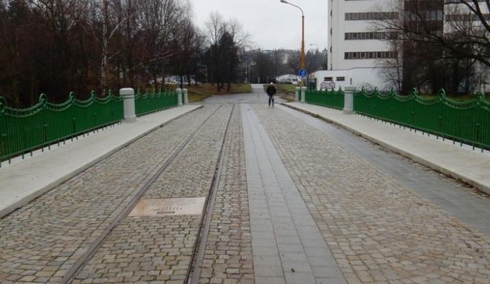 Most U Jánů nově zdobí informační deska. Připomíná dobu, kdy v Jihlavě jezdily tramvaje