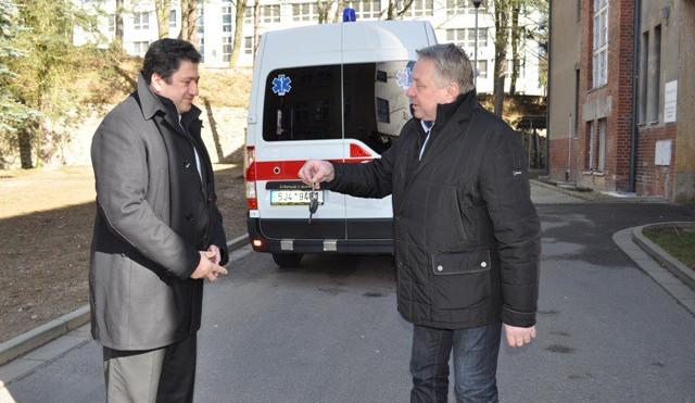 Pelhřimovská nemocnice získala díky podpoře města nový sanitní vůz