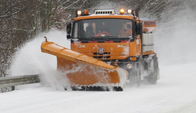 Silnice na Vysočině během noci namrzaly, přes den může sněžit