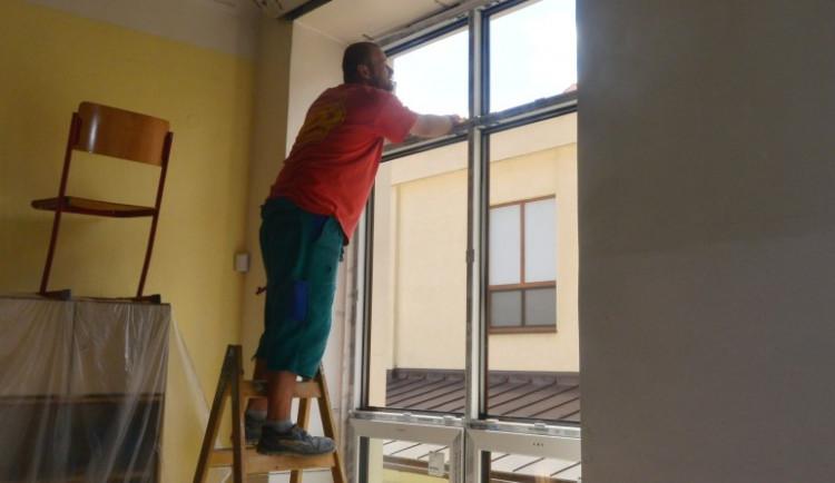 Letní opravy v Třebíči: Nová okna na základní škole, zateplení domu s pečovatelskou službou