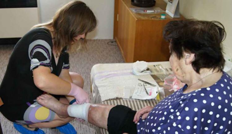 Díky charitní ošetřovatelské službě mohou být nemocní v pohodlí svého domova