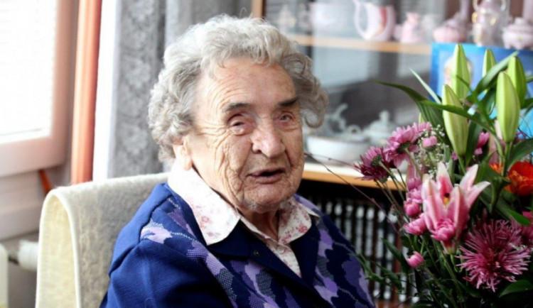 Křížovky, káva a čokoláda. To jsou zájmy Jihlavačky Heleny Kyralové, která oslavila 102 let