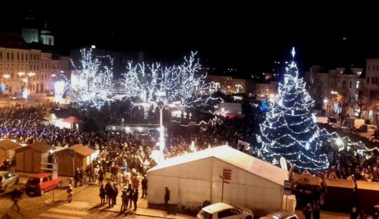 FOTO: Jihlava zahájila vánoční trhy Bosch svařákem. Zahrát přijela kapela Jelen