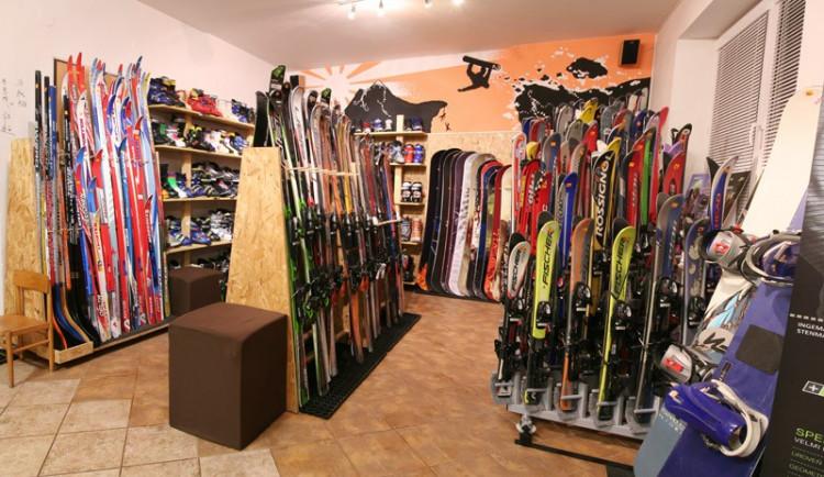 Na Vysočině si lyžaři mohou půjčit vybavení u svahů i ve městech, a to od 200 korun na den
