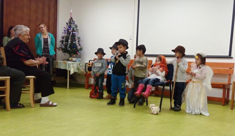 Děti z charitního Klíčku a Klubíčka udělaly předvánoční radost seniorům v Dačicích