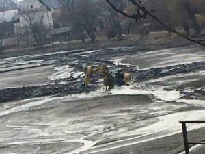 FOTO: Bagrista v Telči na několik hodin uvízl v bahně rybníka. Vyprostili ho hasiči pomocí člunu