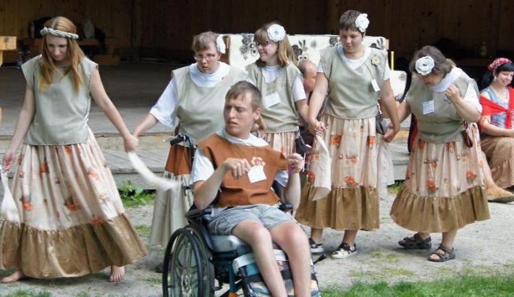 Lidé s handicapem si užili již čtvrtý Květinový den. Letos ve středověkém duchu na Roštejně