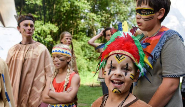 FOTO: Na táboře u Rohozné na Jihlavsku děti poznávají život severoamerických Indiánů