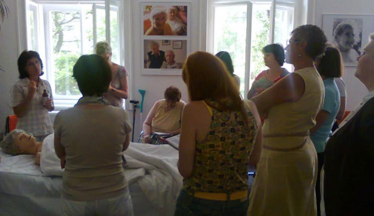 V září startují kurzy Pečuj doma a s námi věnované péči o seniory. Celý cyklus je zdarma