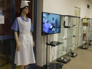 FOTO: V jihlavské nemocnici vystavují staré stříkačky nebo třeba dobově oblečenou sestřičku