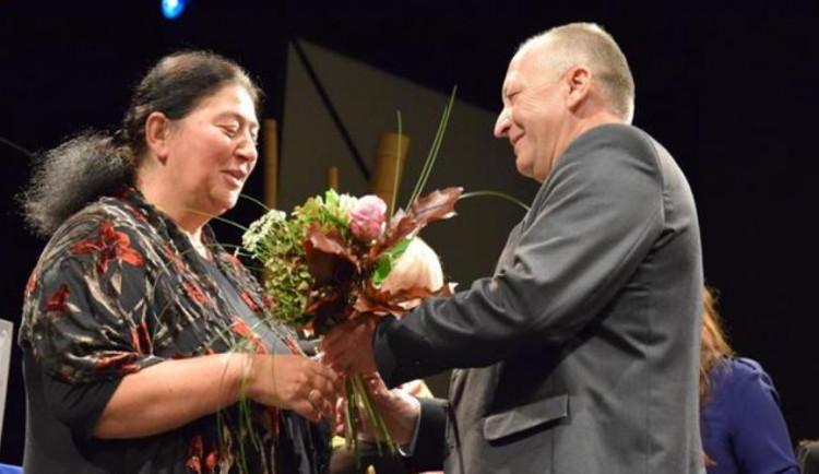 Ženou regionu je Ruth Šormová. Se svou organizací pomáhá dětem i dospělým