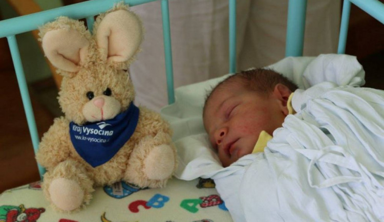 První miminko v novém roce už po sedmnácté od hejtmana dostane šperk a deset tisíc korun