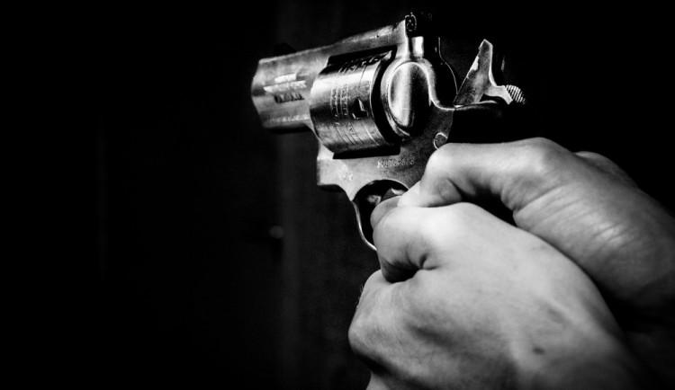 Muž se pohádal s partnerkou, pak ji ohrožoval pistolí. Posedí si až tři roky ve vězení
