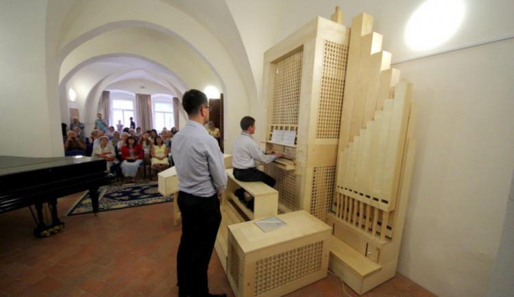FOTO: Jihlavská základní umělecká škola pořídila unikátní hudební nástroj claviorganum