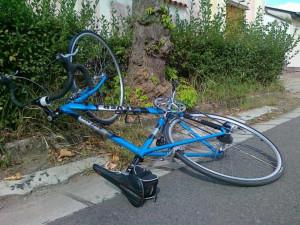 Cyklistovi vběhla do cesty dívka, ve snaze zabránit střetu se těžce zranil. Policie hledá svědky