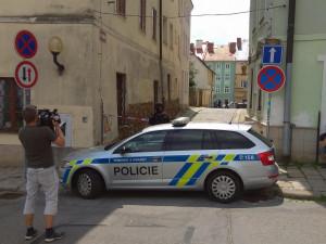FOTO: Jihlavskou Smetanovu ulici v pátek dopoledne hlídali těžkooděnci se samopaly