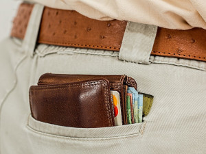 Policisté řeší krádež peněženky a mobilu. Buďte během nakupování obezřetní, varují ostatní