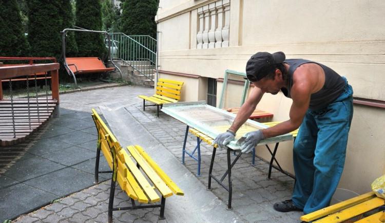 Opravy budov krátí vyučování školám. Vysvědčení se předá v bazénu nebo cukrárně