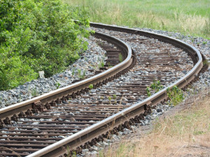 V Hodicích se střetl vlak s autem. Jeho řidič se vážně zranil a skončil v nemocnici v Brně