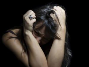 Více než polovina lidí si v Česku myslí, že si za znásilnění může žena sama