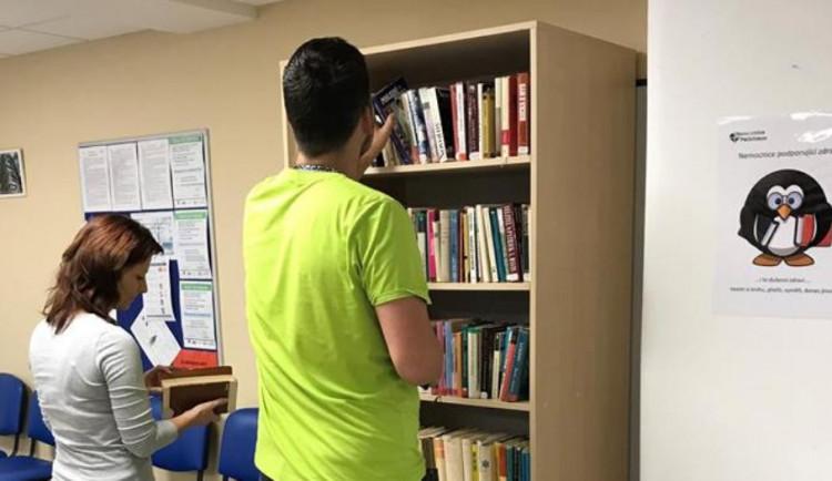 Nemocnice v Pelhřimově pacientům nabízí k zapůjčení knížky. Doplňují se každý měsíc