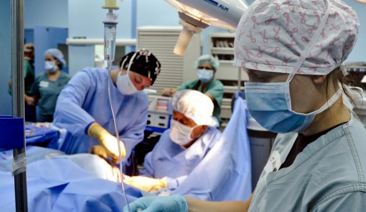 Noví pracovníci nemocnic na Vysočině opět dostanou příspěvek. Lékaři až tři sta tisíc korun
