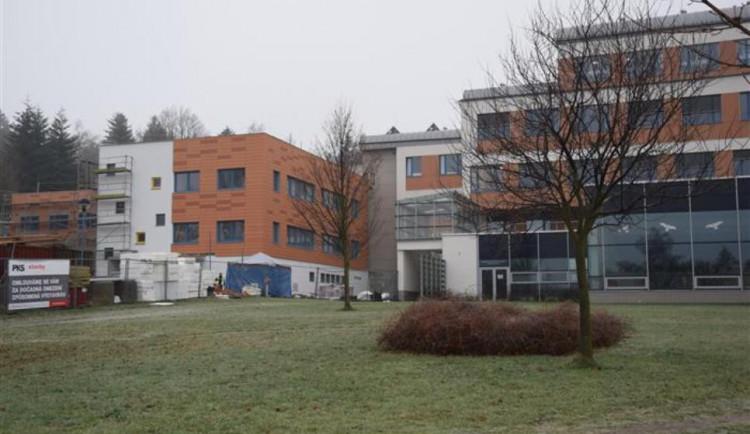 Stavba dětského pavilonu novoměstské nemocnice spěje do finále. Vše jde podle plánu