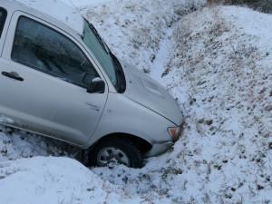 Silné zimní bundy přidávají pár centimetrů, které snižují účinnost bezpečnostních pásů