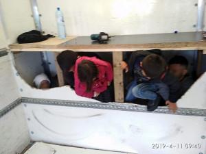 FOTO: Policie našla v dodávce na D1 na Vysočině běžence. Z toho byly tři zhruba čtyřleté děti