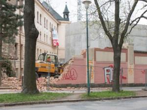 U autobusáku se bourá zeď, za kterou komunistický režim popravil jedenáct lidí. Nahradí ji aula VŠPJ