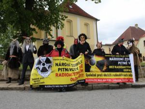 FOTO, VIDEO: Lidé z lokality Hrádek dál protestují. Ředitele SÚRAO přivítali čerti