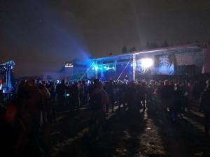 Na technoparty u Meziříčka je 1500 lidí, stížnosti na hluk zatím nejsou