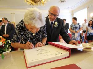 Láska od autobusu: Manželé Průšovi dnes v Jihlavě oslavili diamantovou svatbu