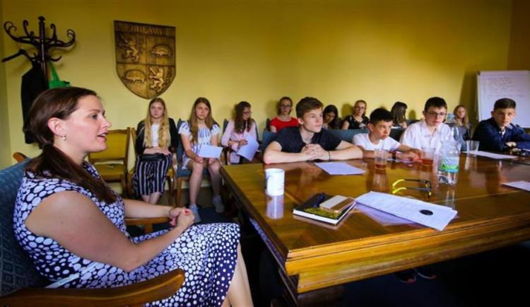 Malí budoucí novináři navštívili jihlavskou primátorku. Jaké jí kladli otázky?
