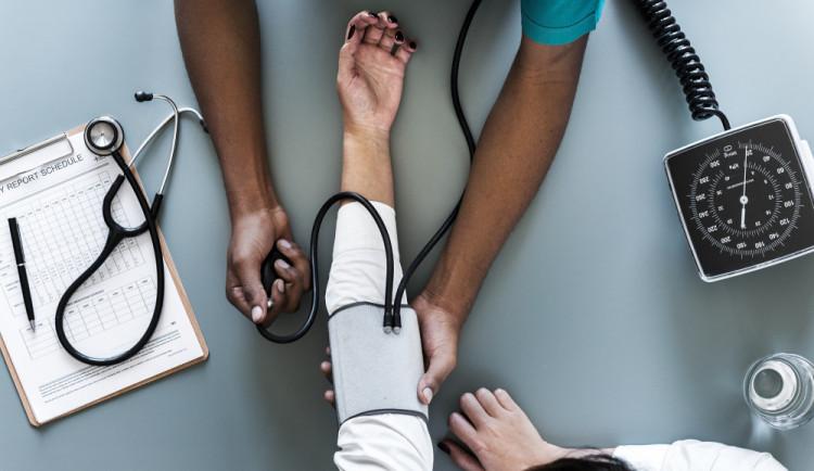 ANKETA: Nemocní zaměstnanci dostanou náhradu od začátku stonání