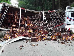 Silnici u Rozsochatce zasypaly bedny s pivními lahvemi. Nehoda kamionu se obešla bez zranění