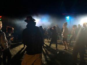 Technoparty v Meziříčku se účastní asi 3500 lidí. Policie zaznamenala stížnosti na hluk