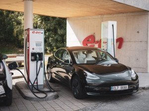 """U Humpolce se otevřela první ultrarychlá dobíjecí stanice elektromobilů. """"Natankováno"""" je za deset minut"""