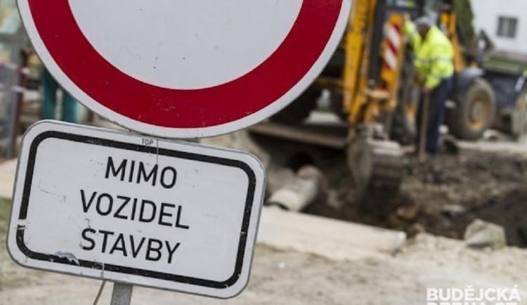 Řidiče v Jihlavě čekají hned dvě dopravní omezení. Platit začnou už od tohoto pátku
