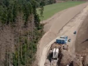 VIDEO: Výstavba obchvatu Velkého Beranova z ptačí perspektivy. Zatím jde vše podle plánu