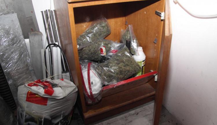 Nenapravitelný dealer marihuany skončil ve vazbě. Při zadržení měl u sebe přes kilo drogy