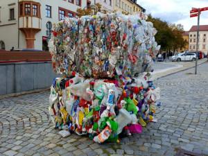 Balíky s plasty po Jihlavě zvou na netradiční výstavu. Začne už tuto středu