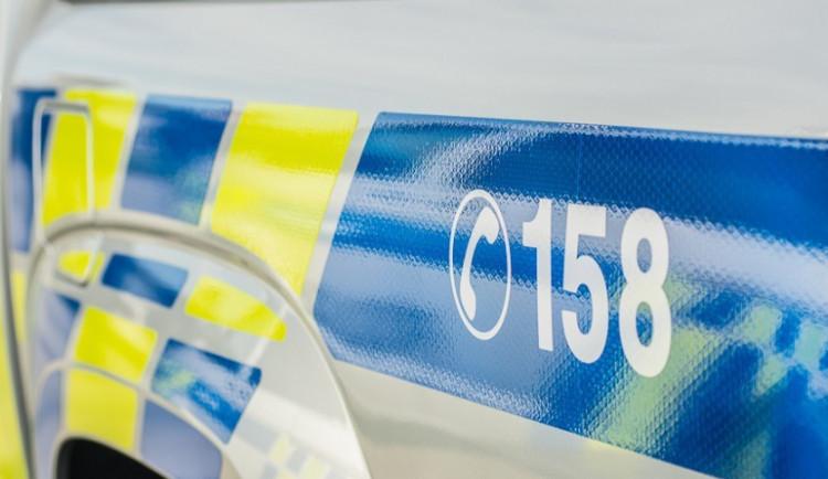 Policie hledá řidiče, který nezvládl řízení a naboural jiné auto. Po nehodě bylo nalezeno jen jeho prázdné vozidlo
