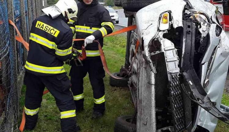 AKTUÁLNĚ: Řidička skončila se svým osobním autem na boku a zranila se