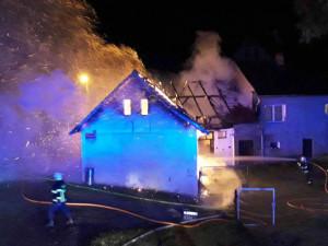 VIDEO: Hasiči bojovali s požárem stodoly. Před plameny uchránili rodinný dům